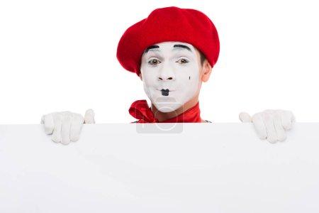 Foto de Mime feliz sosteniendo carteles en blanco aislado en blanco - Imagen libre de derechos