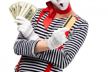 Photo pour Image recadrée de mime grimacant tenant argent comptant et carte de crédit isolé sur blanc - image libre de droit