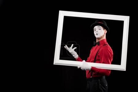 Foto de Elegante mime gesticular en marco aislado en negro - Imagen libre de derechos