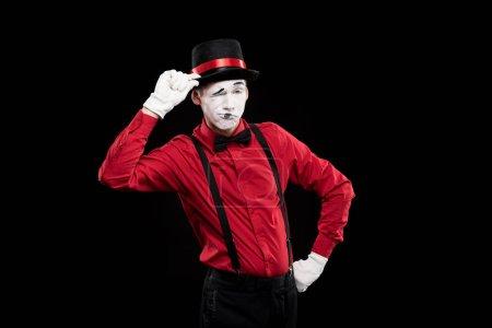 Photo pour Mime clin d'oeil et salutation avec chapeau isolé sur noir - image libre de droit