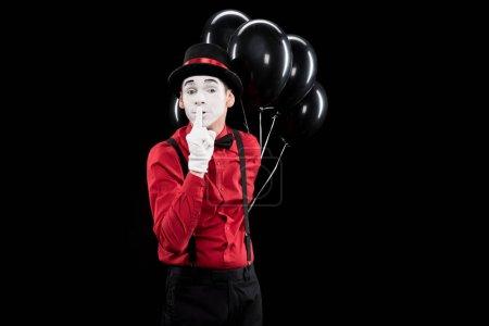 Photo pour Mime tenant des ballons et montrant signe de silence isolé sur noir - image libre de droit