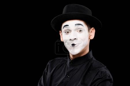 Photo pour Heureux mime regarder caméra isolé sur noir - image libre de droit