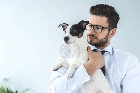 Photo pour Homme barbu tenant jack chien terrier russell - image libre de droit