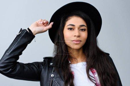 Photo pour Portrait en gros plan de belle jeune femme en chapeau regardant la caméra isolée sur gris - image libre de droit