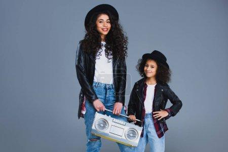mère et fille avec boombox rétro isolé sur gris