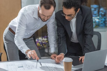 Foto de Arquitectos guapos con compás para la construcción de planes de - Imagen libre de derechos