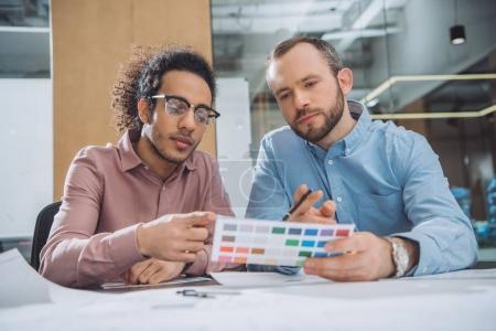 Photo pour Concepteurs, choix des couleurs de la palette pour le projet au bureau - image libre de droit