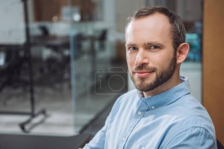 Photo pour Gros plan portrait de bel homme d'affaires prospère au bureau - image libre de droit