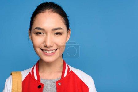 Photo pour Portrait de femme asiatique souriante regardant caméra isolée sur bleu - image libre de droit