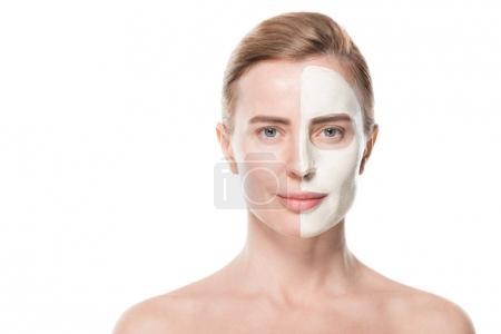 Photo pour Femme aux soins du visage masque isolé sur blanc - image libre de droit