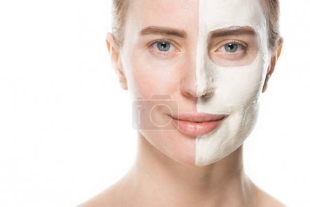 Photo pour Portrait de femme avec des soins du visage masque isolé sur blanc - image libre de droit