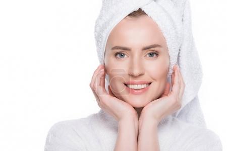 Photo pour Portrait de femme souriante à la peau propre en peignoir et serviette sur cheveux isolés sur blanc - image libre de droit