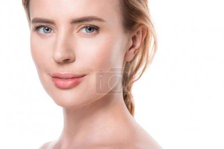 Photo pour Femme souriante à la peau fraîche et propre isolée sur du blanc - image libre de droit