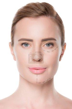 Photo pour Portrait de femme avec des lignes peintes sur le visage pour la chirurgie plastique isolée sur blanc - image libre de droit