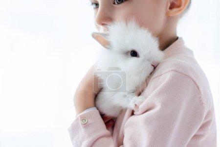 Photo pour Lapin d'étreindre blanc adorable gamin - image libre de droit