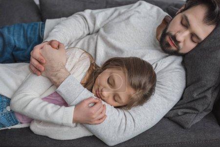 Photo pour Père et fille dormir sur le canapé à la maison - image libre de droit