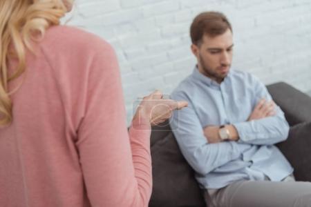 vue partielle de la mère et le fils adulte ayant un argument à la maison
