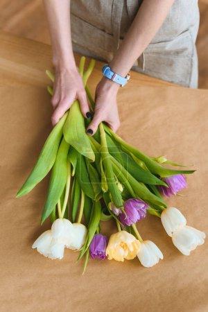Photo pour Plan recadré de fleuriste tenant de belles fleurs de tulipes - image libre de droit