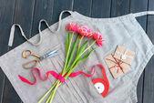 vista superior de hermosos tulipanes con sobres, cinta y tijeras en delantal