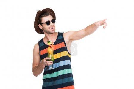 homme avec boisson cocktail pointant quelque part, isolé sur blanc