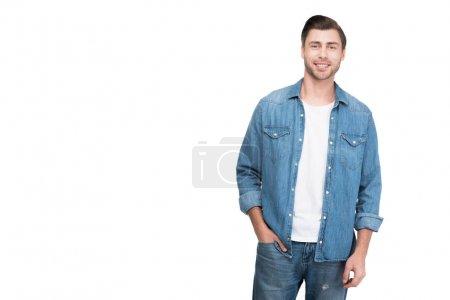 Photo pour Jeune homme souriant en denim regardant la caméra, isolé sur blanc - image libre de droit