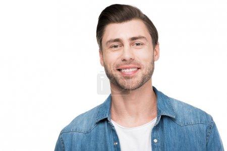 Photo pour Portrait de jeune homme souriant regardant la caméra, isolé sur blanc - image libre de droit