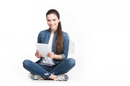 hermosa chica alegre usando tableta, aislado en blanco