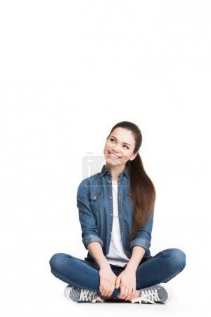 Photo pour Jolie femme souriante assise en jeans, isolée sur blanc - image libre de droit