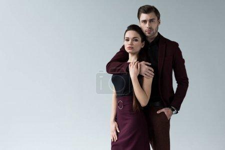 Photo pour Bel homme étreignant sa petite amie, isolé sur gris - image libre de droit
