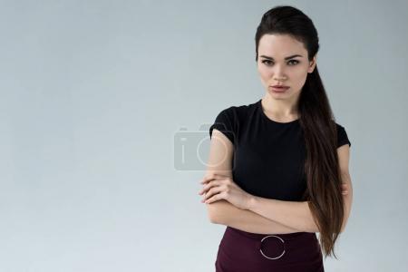 Photo pour Femme confiante avec les bras croisés regardant caméra, isolé sur gris - image libre de droit