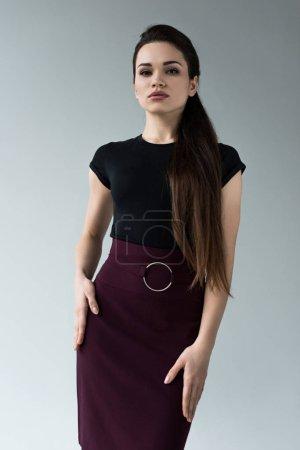 Photo pour Femme à la mode confiante, regardant la caméra, isolé sur fond gris - image libre de droit