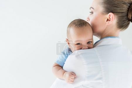 Photo pour Gros plan de pédiatre avec bébé afro-américain isolé sur blanc - image libre de droit