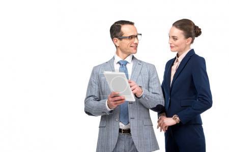 Photo pour Collègues de travail adultes en collaboration avec tablette isolé sur blanc - image libre de droit