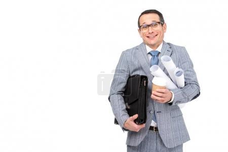 Photo pour Une homme d'affaires surmené souriant avec rouleaux de paperasserie et café isolé sur blanc - image libre de droit