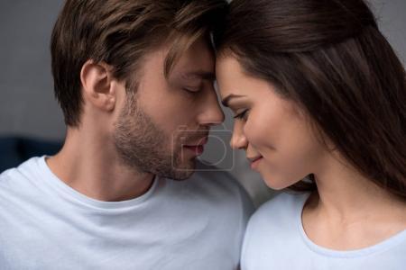 Couple romantique étreindre tendrement dans leur chambre