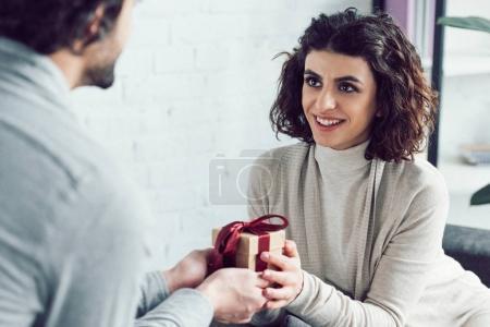 Photo pour Image recadrée de petit ami cadeau cadeau à petite amie à la maison - image libre de droit