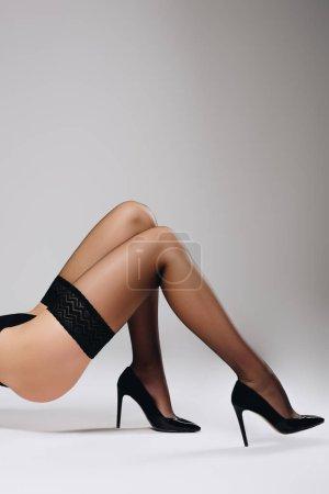 Photo pour Slim femme en bas noirs sur fond blanc - image libre de droit