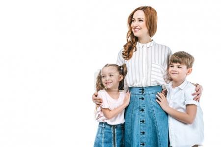 Photo pour Mère heureuse avec des enfants adorables debout ensemble et regardant loin isolé sur blanc - image libre de droit