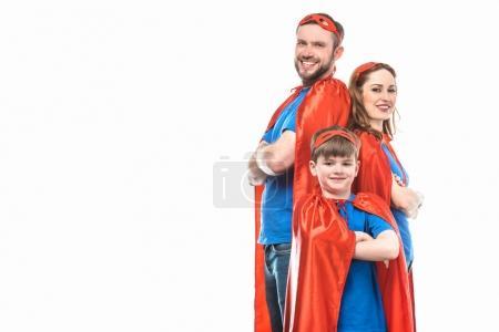 Foto de Super familia de máscaras y capas de pie con los brazos cruzados y sonriendo a cámara aislada en blanco - Imagen libre de derechos
