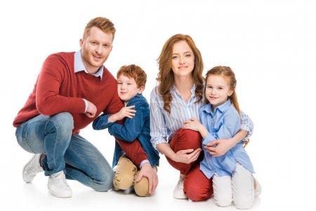 Photo pour Parents heureux avec adorables petits enfants souriant à la caméra isolé sur blanc - image libre de droit