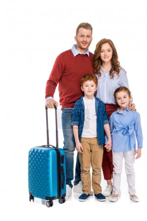 glücklich rothaarige Familie mit Koffer steht zusammen und lächelt in die Kamera isoliert auf weiß