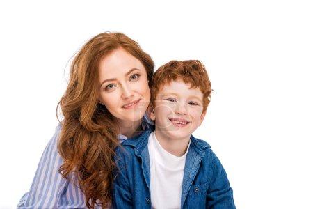 Photo pour Heureux roux mère et fils souriant à la caméra isolé sur blanc - image libre de droit
