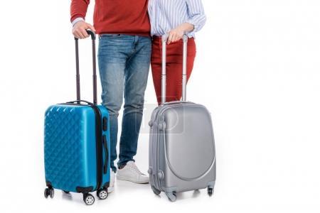 Schnappschuss von Paar mit Koffern, die isoliert auf Weiß stehen