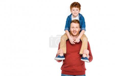 Photo pour Mignon petit garçon assis sur le cou du père heureux et souriant à la caméra isolé sur blanc - image libre de droit