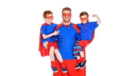 Foto de Feliz super padre con niños sonrientes en máscaras y mantos de aislados en blanco - Imagen libre de derechos