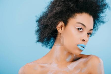 Photo pour Jeune femme afro-américaine avec un maquillage créatif et une peau parfaite isolée sur bleu - image libre de droit