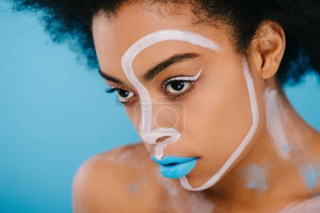 Photo pour Portrait en gros plan de jeune femme avec un maquillage créatif isolé sur bleu - image libre de droit