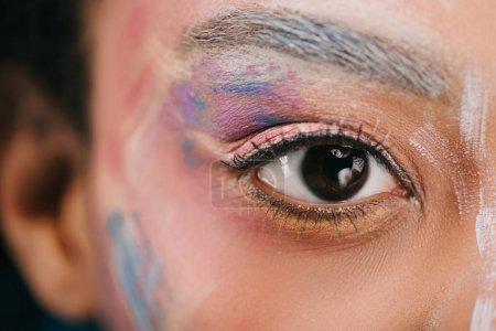 recadrée tir de femme aux traits colorés sur le visage