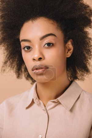 gros plan portrait de jeune femme attirante en chemise élégante isolé sur beige