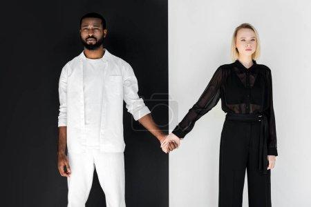 Photo pour Copain afro-américain et petite amie blonde se tenant la main, concept yin yang - image libre de droit